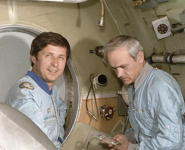 Владимир Джанибеков (справа) и Виктор Савиных (слева)