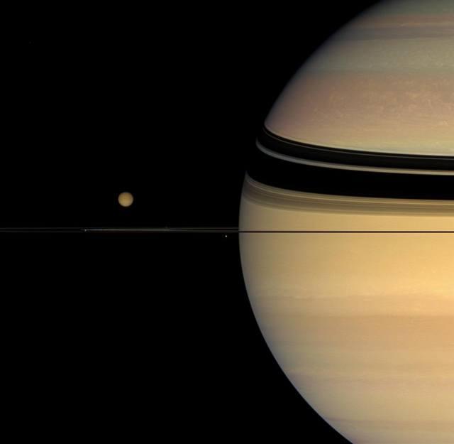 Сатурн и его спутники — Титан, Янус, Мимас и Прометей — на фоне колец Сатурна,