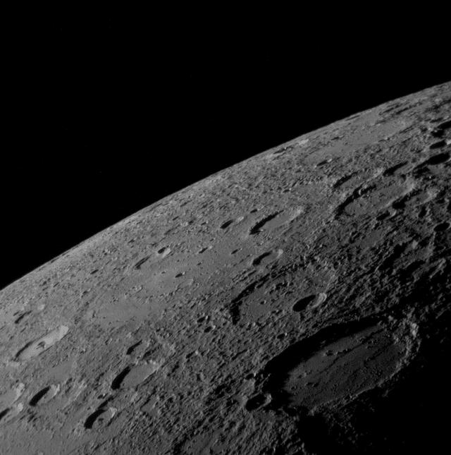 Поверхность напоминает лунную (снимок АМС «Мессенджер»)