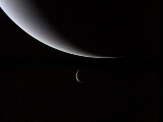 Нептун (вверху) и спутник Тритон (ниже)