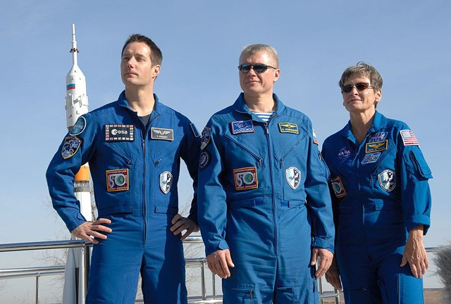Экипаж «Союза МС-03»: командир О. Новицкий (в центре), бортинженеры Т. Песке (слева), П. Уитсон.