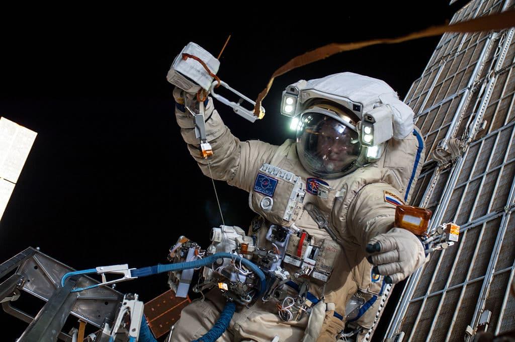 Космонавт Артемьев в открытом космосе