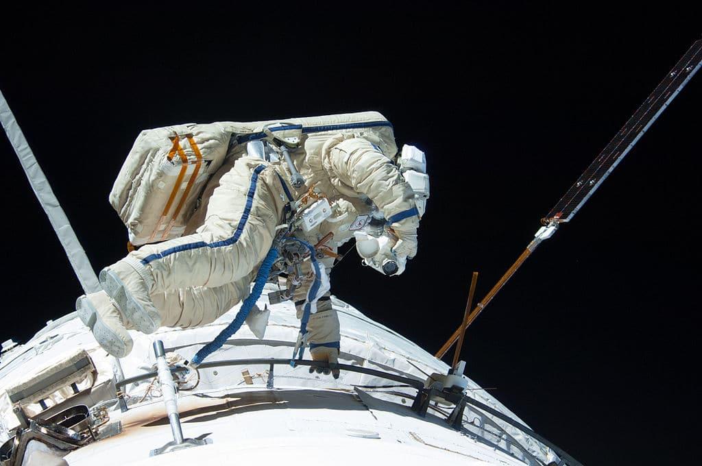Космонавт Мисуркин в открытом космосе