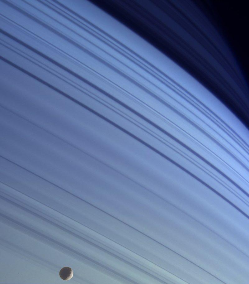 Мимас на голубом фоне северных широт Сатурна