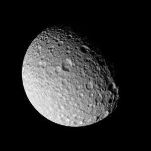 На освещённой стороне Мимаса отчётливо видны кратеры различных размеров