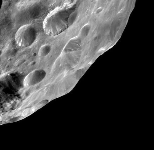 Кратеры на поверхности Фебы (фотография АМС «Кассини»)