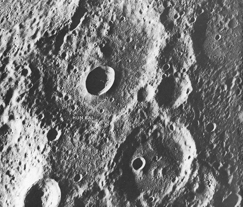 Маленький кратер Хун Каль (указан стрелкой), служащий точкой привязки системы долгот Меркурия. Фото АМС «Маринер-10»