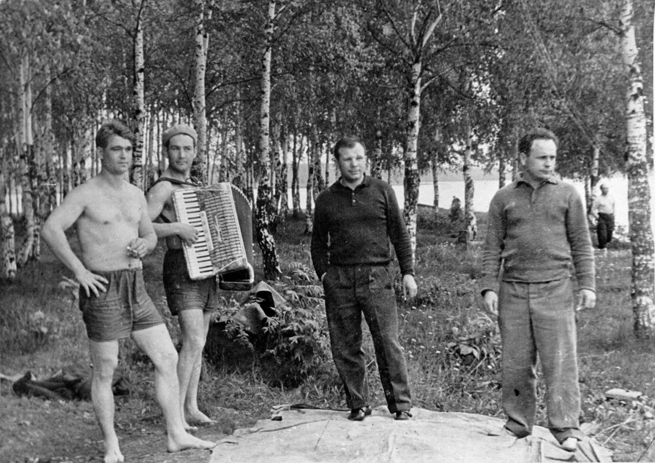 Космонавты: Юрий Гагарин (третий слева на фотографии), Виктор Горбатко на пикнике в Долгопрудном с друзьями, 19 августа 1963 года