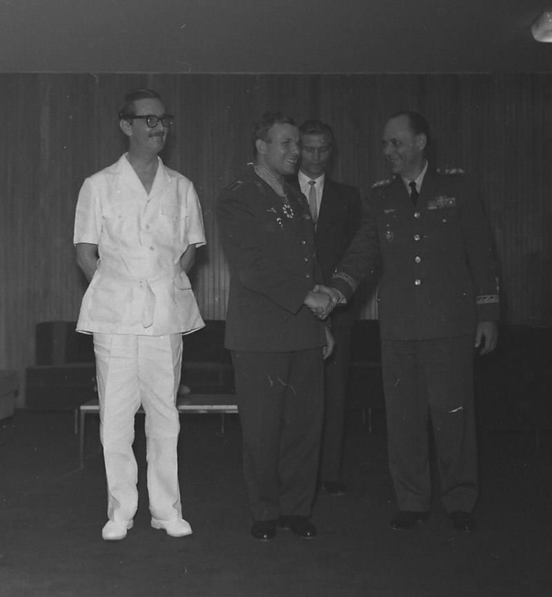 Янио Квадрос, президент Бразилии, наградил Гагарина в 1961 году.