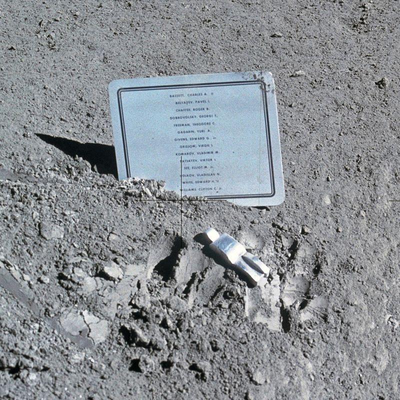 Табличка с именами погибших астронавтов и космонавтов (включая Комарова), оставленная командой «Аполлона-15» на Луне