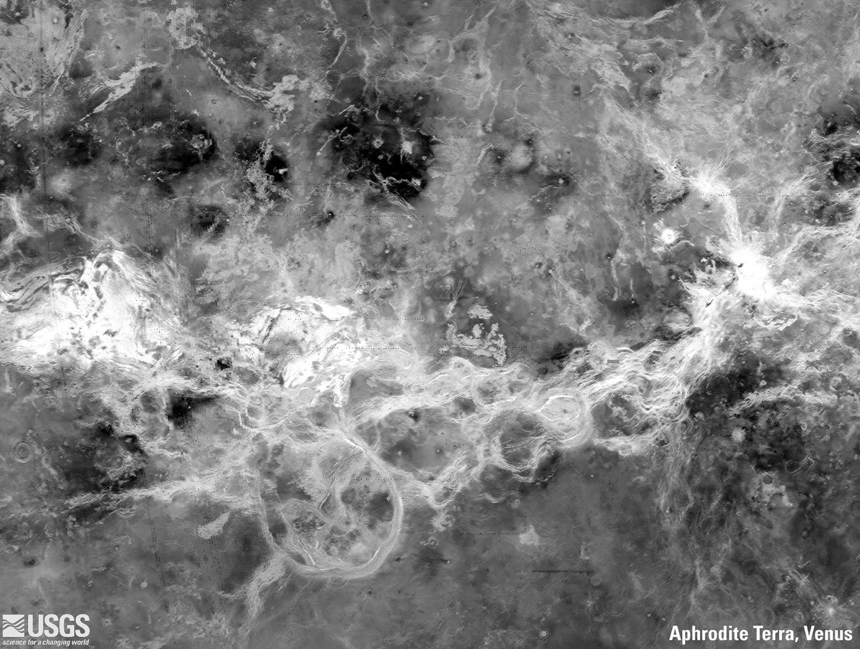"""Венера: Афродита Терра Этот регион является одним из самых прочных на Венере. Местность этого региона состоит из тессеры, которые представляют собой переплетающиеся хребты и долины. Снимки были собраны магелланской миссией, которая использовала радар, чтобы """"увидеть"""" поверхность Венеры под ее тяжелой атмосферой."""