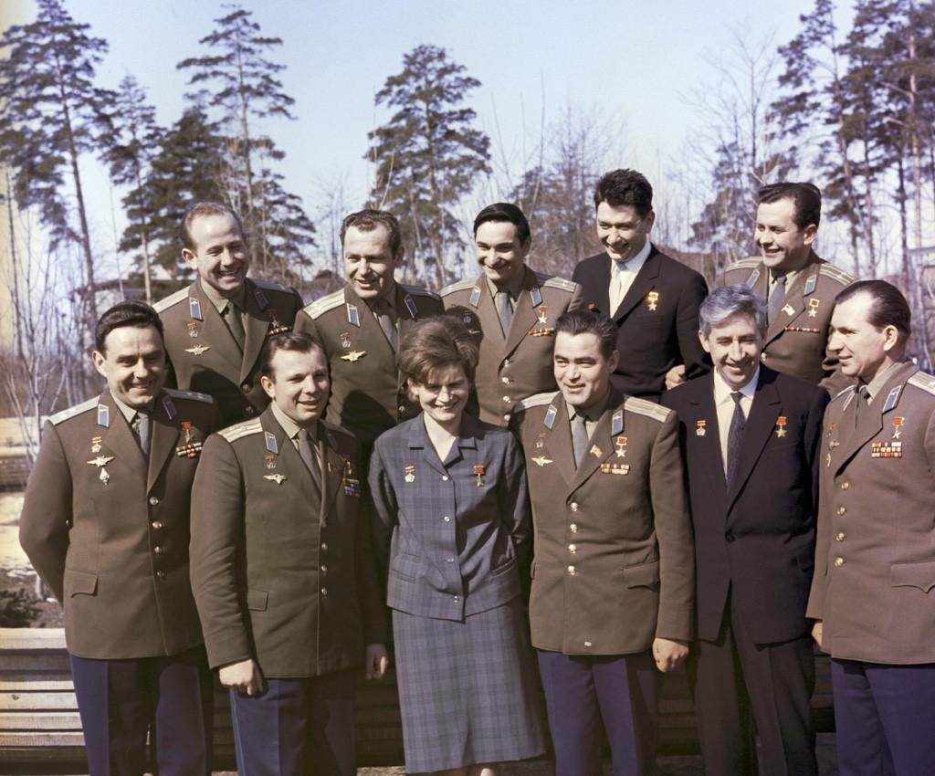 Борис Егоров (второй справа во втором ряду) с другими летчиками-космонавтами СССР, 1 июля 1965.