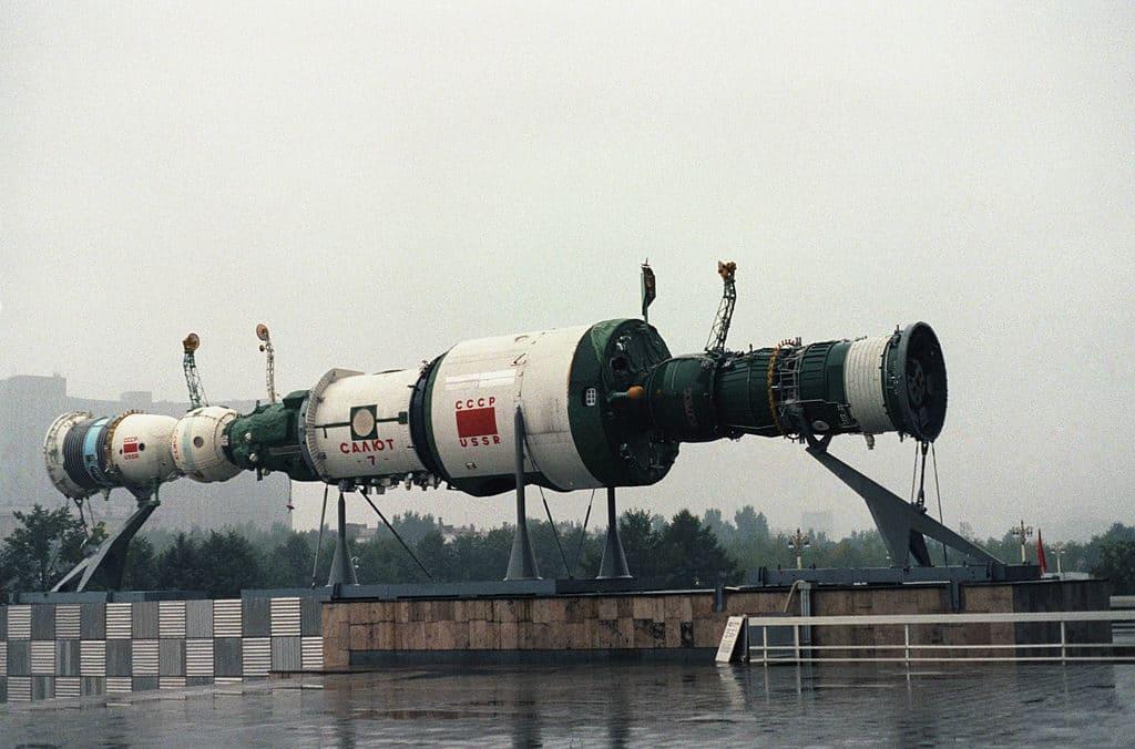 Макет станции «Салют-7» с пристыкованными кораблями «Союз» и «Прогресс» на территории ВДНХ