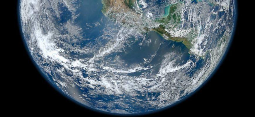 Планета Земля краткое описание Планета Земля ЗЕМЛЯ АВТОР Александр. НА ЧТЕНИЕ 8 мин. ОПУБЛИКОВАНО Содержание Общее описание Строение Земли Общая характеристика Земли Гидросфера Для чего нужна атмосфера Спутник Земли — Луна Планета Земля для детей Единственная, из всех известных планет, которая населена живыми организмами — это наша планета Земля, её ещё называют Голубая Планета, Мир, а иногда Terra. Мы расскажем вам о планете Земля в кратком описании. Ученые используют все новейшие разработки и технологии для изучения планеты. На сегодняшний день — это самая изученная планета, которая, однако, хранит в своих недрах немало загадок. Общее описание Среди планет земной группы Солнечной системы, в которую входят Меркурий, Венера и Марс, Земля самая крупная. Планета третья по удаленности от Солнца, она является пятой по диаметру массе и плотности. Возраст нашей планеты сравнивают с возрастом всей Солнечной системы и насчитывает примерно 4,5 млрд лет. Существует гипотеза, что Земля образовалась из газа и пыли, которые остались от формирования солнца. Древнейшие горные породы, которые были изучены, образовывались примерно 100 — 200 миллионов лет. А условия, благоприятные для возникновения жизни на планете, возникли только 3,5 млрд лет назад появились. Мы же, как современный тип человека, сформировались только 40 000 лет назад. Земля имеет шарообразную форму, приплюснутую на полюсах. Протяжённость экватора Земли составляет 40076 км, экваториальный радиус 6378 км, полярный радиус 6357 км и средний радиус 6371 км. Земля, и мы вместе с ней, вращается вокруг Солнца по круговой орбите, радиус которой составляет 150 млн км. Период, за который обращается по эллиптической орбите Земля, происходит со скоростью 29,8 км/с и длится 365 суток. Приблизительное расстояние до Солнца составляет 149 543 000 километра. Земля вращается также вокруг своей воображаемой оси (с запада на восток). Полный оборот совершается примерно за 23 часа 56 минут. Ось вращения наклонена на 66,5 градусов по отно