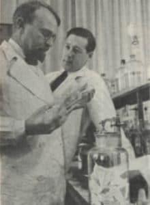 Александр Опарин (справа) в лаборатории. 1938 г.