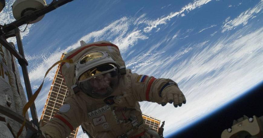 Первые люди в открытом космосе