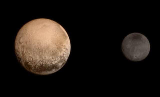 Фотографии Плутона и Харона в реальных цветах, деланные АМС «Новые горизонты» в июле 2015 года.
