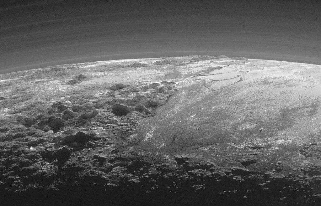 Закат на Плутоне. Снимок сделан зондом New Horizons через 15 минут после максимального сближения, с расстояния 18 тыс. км. Ширина фото — 380 км