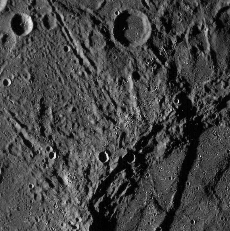 Снимок участка поверхности Меркурия, полученный АМС «Мессенджер». В правом нижнем углу — часть кратера Sveinsdóttir с темнеющим в нём уступом Бигль