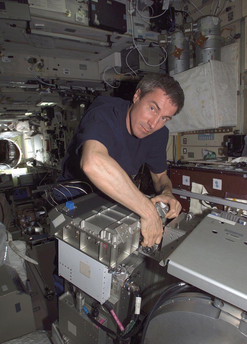 Сергей Крикалёв работает на МКС. Май 2005 года.