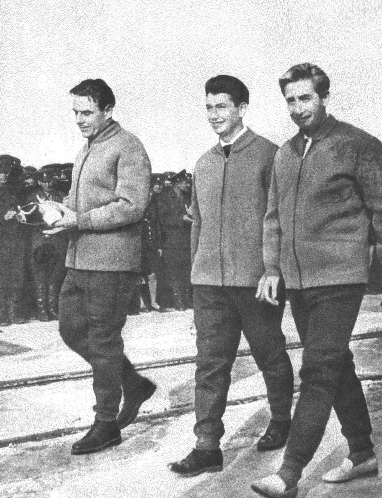 """Экипаж """"Восход"""" (Комаров, Егоров и Феоктистов) на космодроме Байконур после завершения полета."""