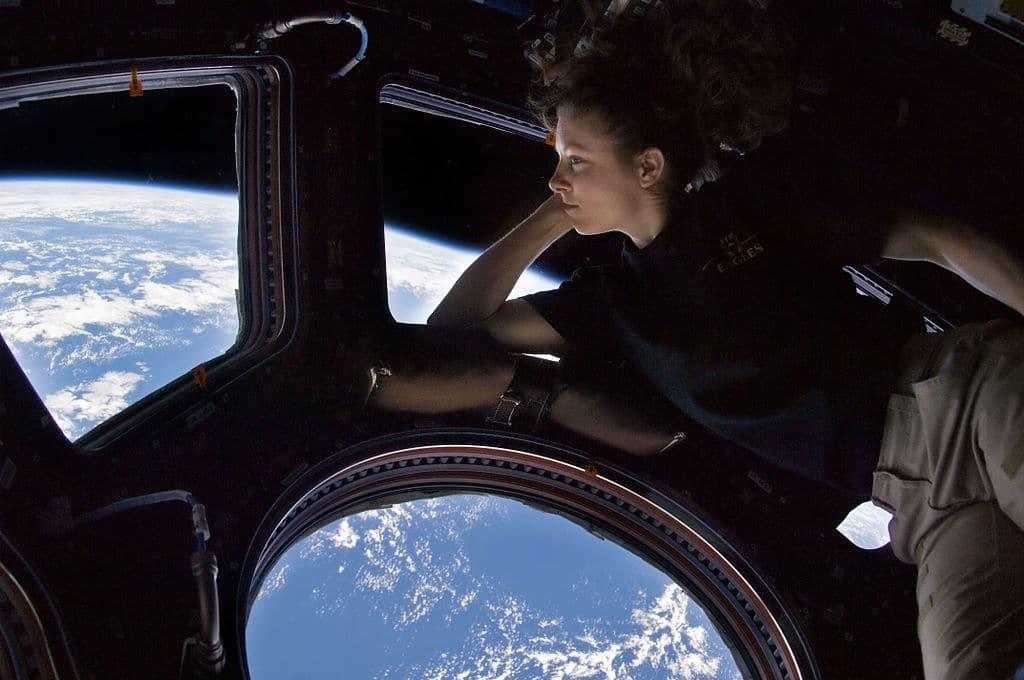 Автопортрет Трейси Колдвэл рядом с иллюминатором Купола Международной космической станции, во время вахты 24-го экипажа.