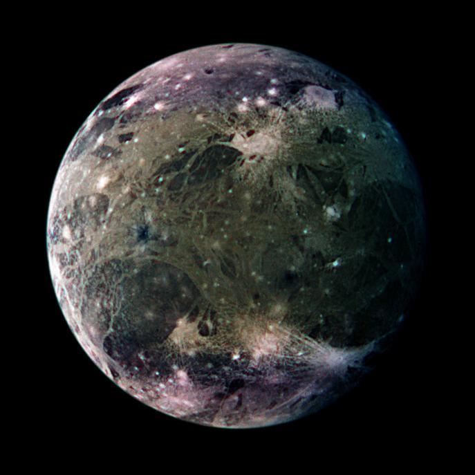 Изображение ведомого полушария Ганимеда, сделанное с космического аппарата «Галилео» (цвета усилены). В правом нижнем углу видны яркие лучи кратера Ташмет, а в верхнем правом — большое поле выбросов из кратера Хершеф. Часть тёмной области Николсона находится внизу слева. Сверху справа она граничит с рытвинами Гарпагия