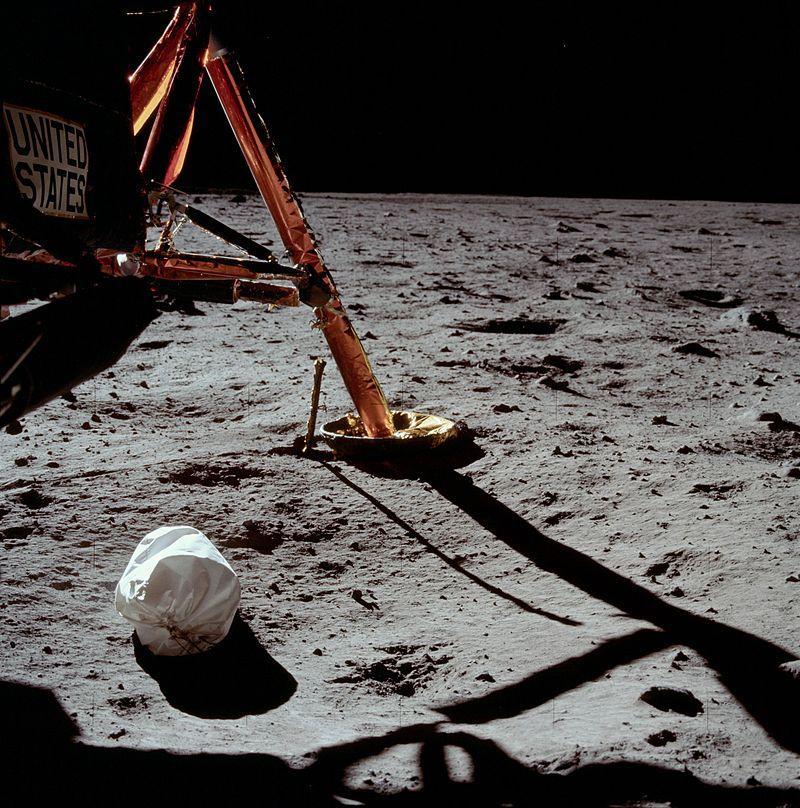 Первая фотография, сделанная Нилом Армстронгом после выхода на поверхность Луны.