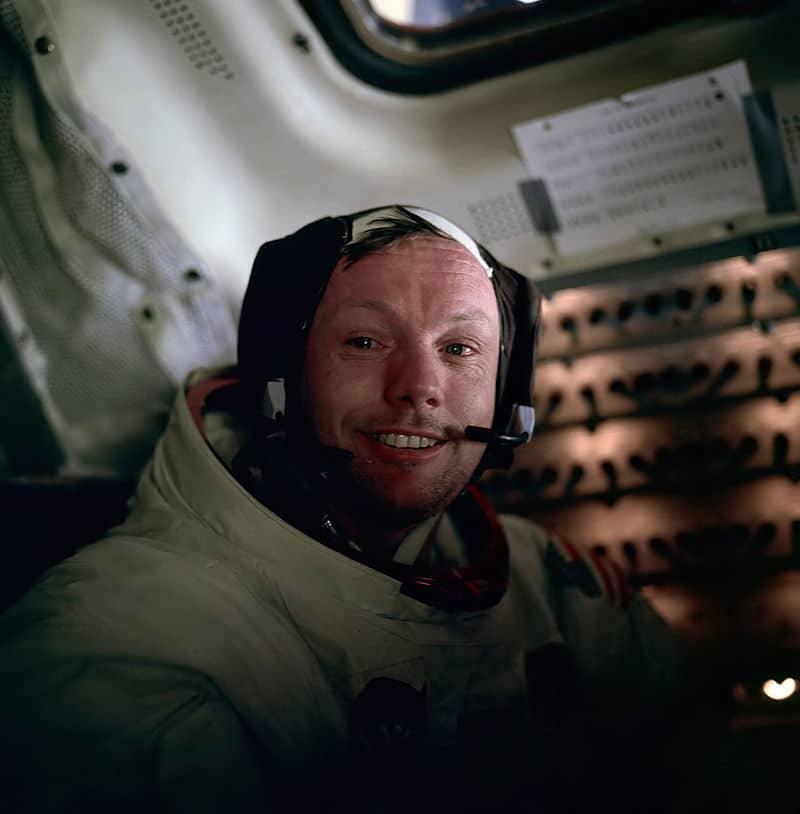 Олдрин снял Армстронга сразу по возвращении в спускаемый модуль. Редчайший снимок Армстронга, не скрывающего своих эмоций