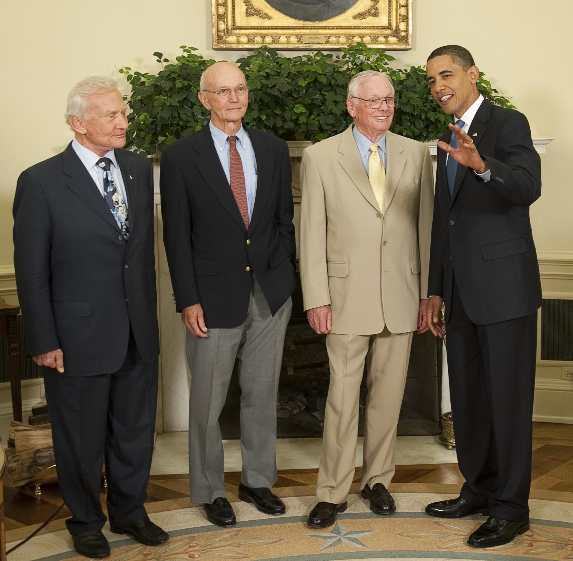 Нил Армстронг (справа возле президента Обамы) и его коллеги по полёту — Майкл Коллинз (в центре) и Базз Олдрин (слева) на приёме в овальном кабинете Белого дома по поводу 40-летия полёта на Луну