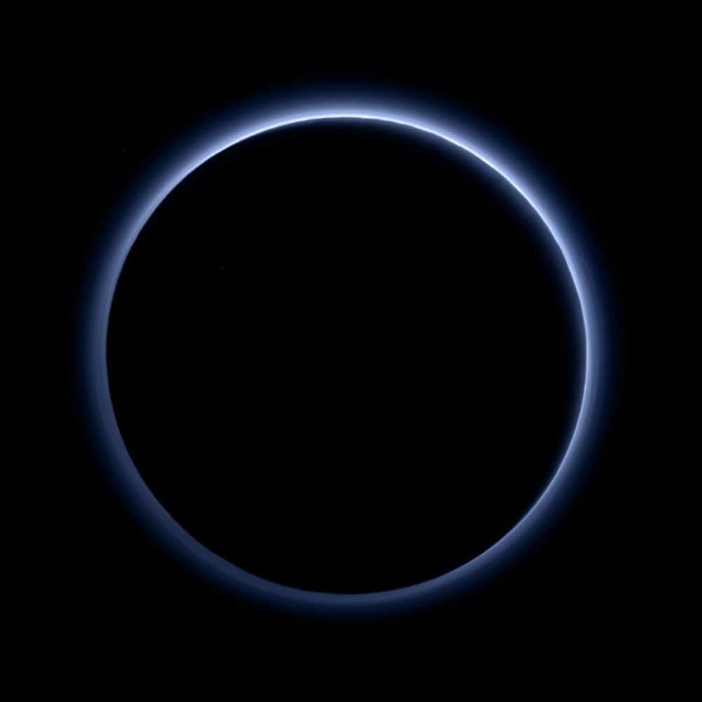 Ночная сторона Плутона. Видно атмосферу, подсвеченную лучами Солнца. Фото New Horizons, цвета приближены к настоящим.