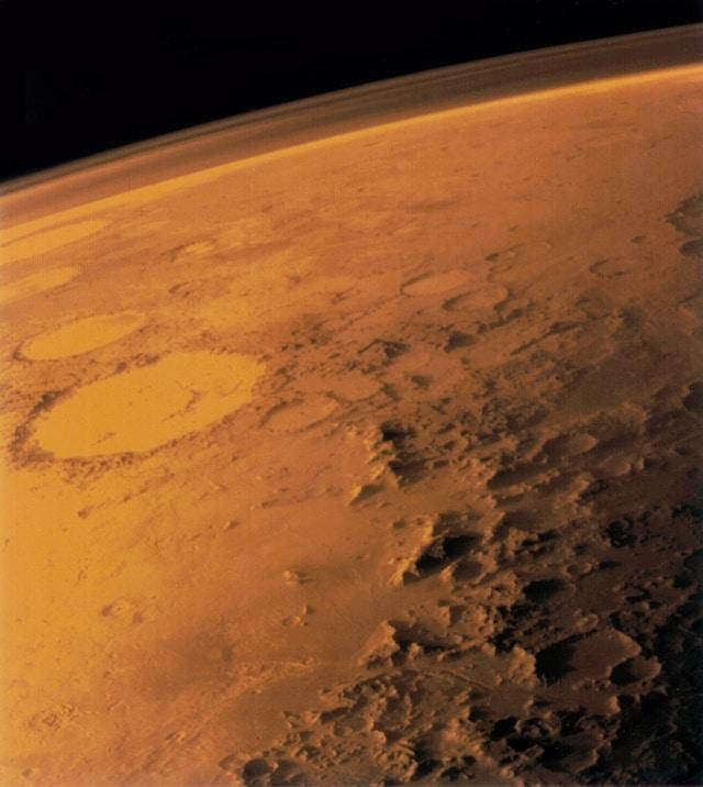 Атмосфера Марса, снимок получен искусственным спутником «Викинг» в 1976 году. Слева виден «кратер-смайлик» Галле