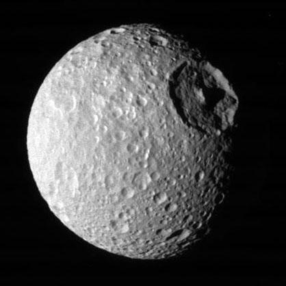 Изображение Мимаса, спутника Сатурна, сделанное зондом Кассини 1 августа 2005 года на расстоянии приблизительно 189,410 километров.