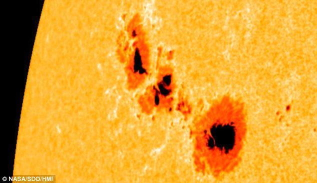 """В отчете Daily Mail солнечное пятно 1302 характеризовалось как """"бегемот"""", выпускающий огромные солнечные вспышки."""