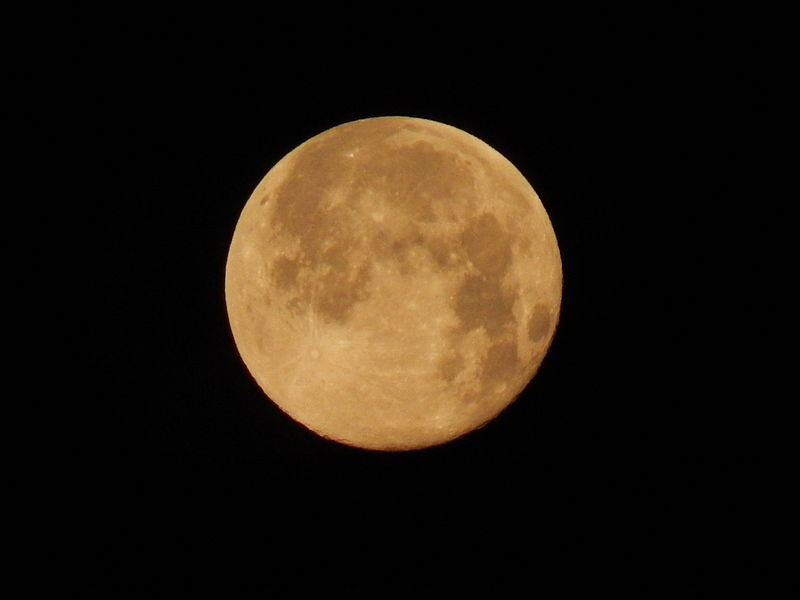 Золотая полная луна над Бохумом, Германия.