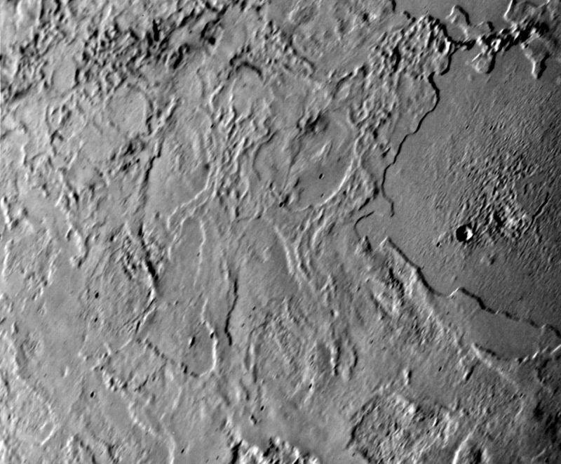 «Замёрзшее озеро» (справа) с кратером на его поверхности