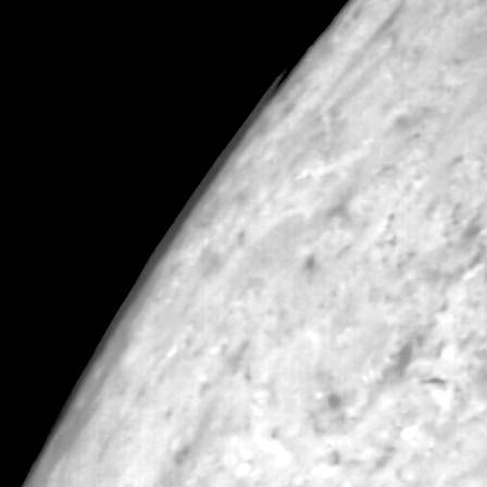 Облака над Тритоном, протяжённостью около 100 км. Снимок Voyager 2