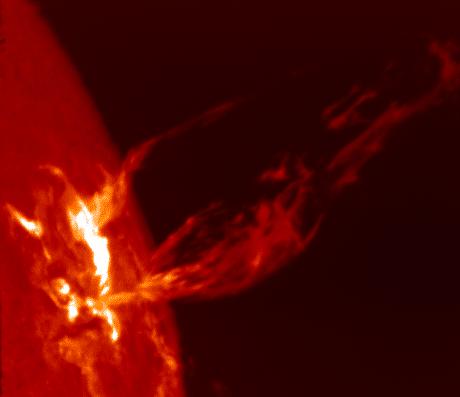 Корональные выбросы массы на Солнце. Струи плазмы вытянуты вдоль арок магнитного поля