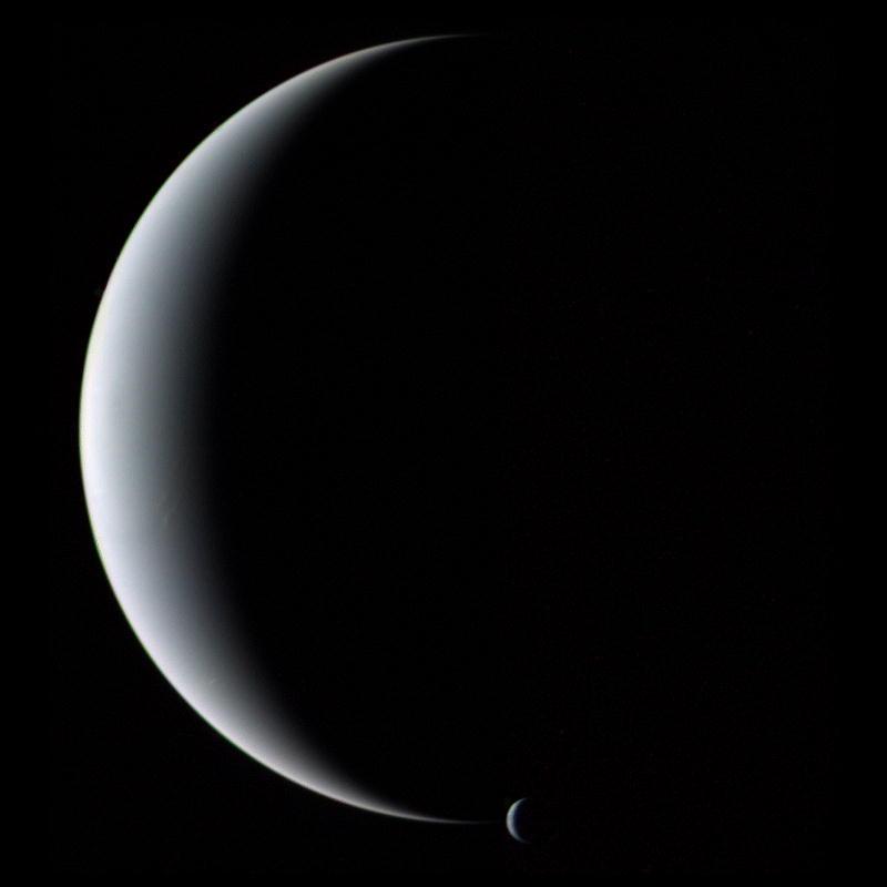 Нептун и его самый большой спутник Тритон.