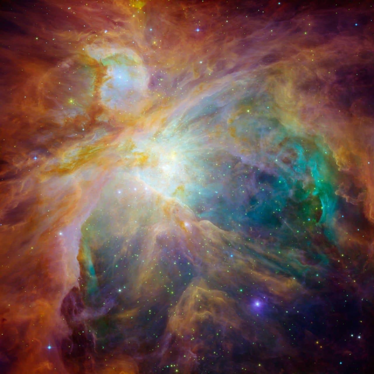 """Космические телескопы НАСА """"Спитцер"""" и """"Хаббл"""" объединились, чтобы показать хаос, который молодые звезды создают на расстоянии 1500 световых лет в космическом облаке, называемом туманностью Ориона. Это поразительное сочетание инфракрасного и видимого света указывает на то, что четыре чудовищно массивные звезды в центре облака могут быть главными виновниками в созвездии Ориона."""