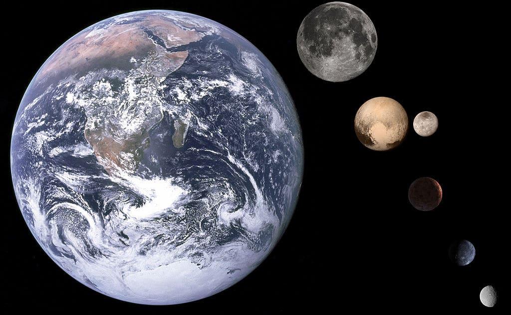 Это изображение показывает относительные размеры Земли слева, с (сверху вниз) Луной, Плутоном и его луной Хароном, Седной, Кваоар и Церерой.