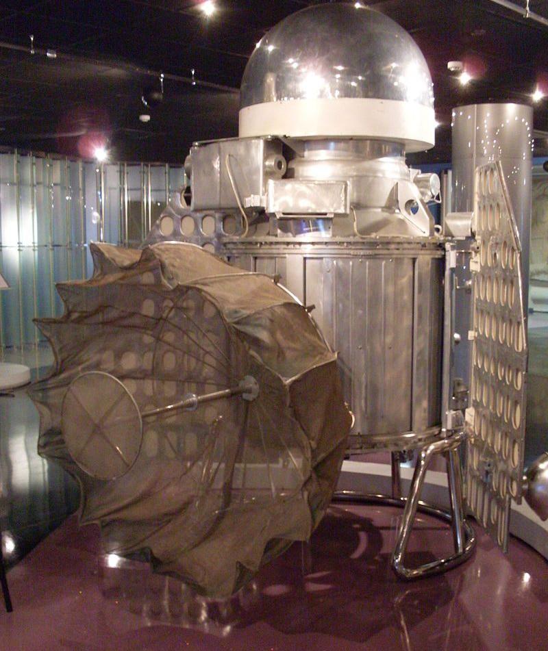 """Макет (1:1) космического корабля """"Венера-1"""" в Мемориальном музее космонавтики (Москва)."""