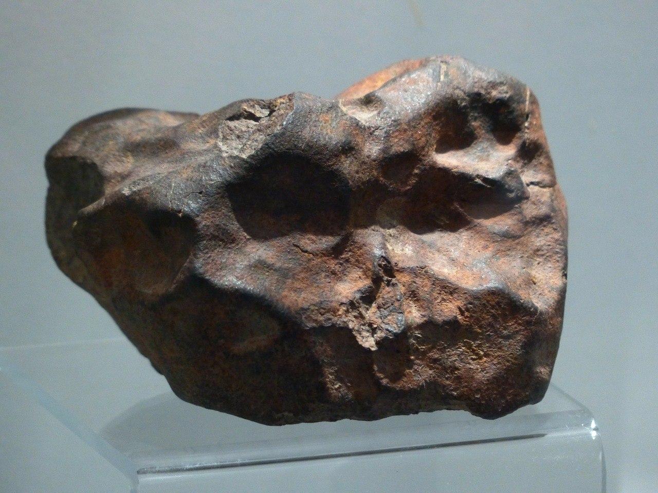 Метеорит в музее.
