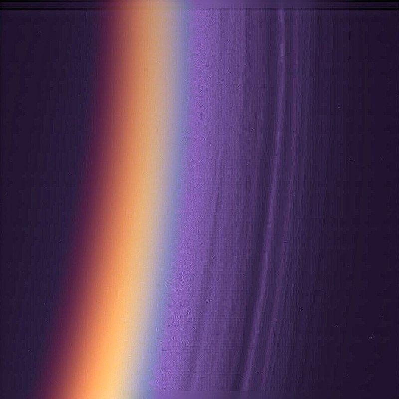 Слои в верхней части атмосферы Титана (снимок «Кассини»)