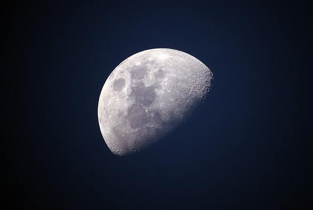 Почему Луна бывает разной