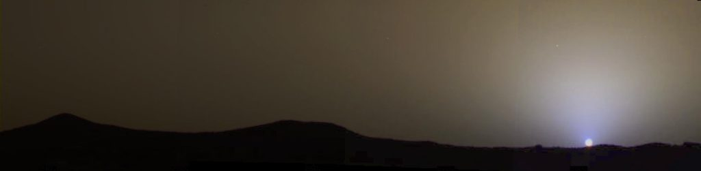 Закат на Марсе, как показано на фото. Марсианское небо коричневато-серое, но область вокруг заходящего Солнца голубая.