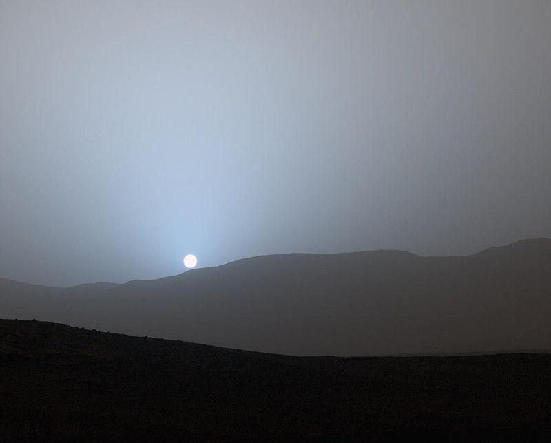 Марсоход Curiosity НАСА запечатлел этот вид захода Солнца в конце 956-го марсианского дня миссии, или (15 апреля 2015 года), в кратере Гейла.