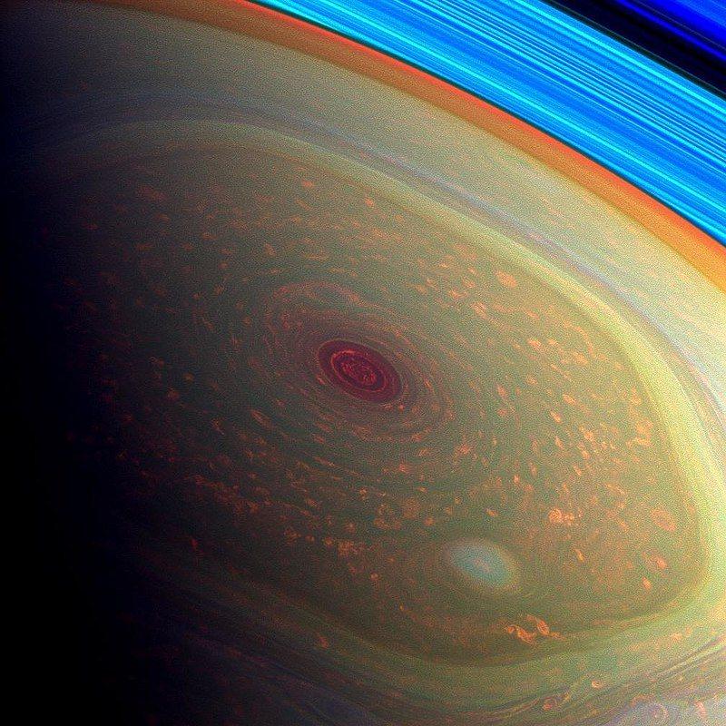 Это впечатляющее цветное изображение миссии НАСА Cassini. На снимке хорошо виден глаз урагана в центре шестиугольника.