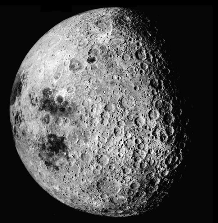 Обратная сторона Луны (слева видно часть видимой). Хорошо виден рельеф (фото «Аполлона-16», 1972)