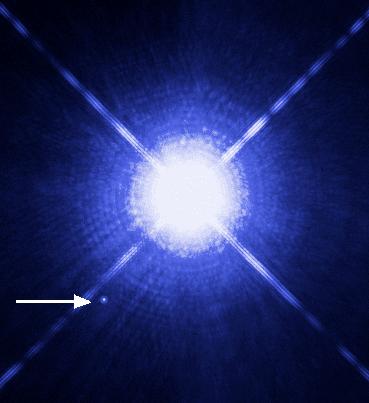 Белый карлик Сириус B (отмечен стрелкой) рядом с ярким Сириусом A. Фото телескопа Хаббл